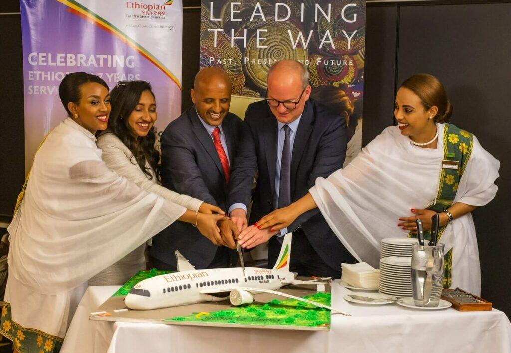Pressefrühstück: CEO von Ethiopian Airlines, Tewolde GebreMariam erhält Auszeichnung und Flugzeug-Torte wird angeschnitten