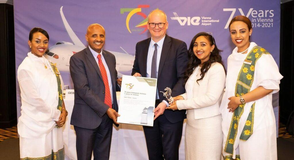 pressefrühstück-ceo-von-ethiopian-airlines-tewolde-gebremariam-erhält-auszeichnung-übergabe