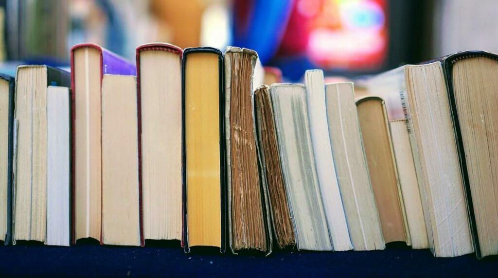 Bücher nebeneinander gestapelt