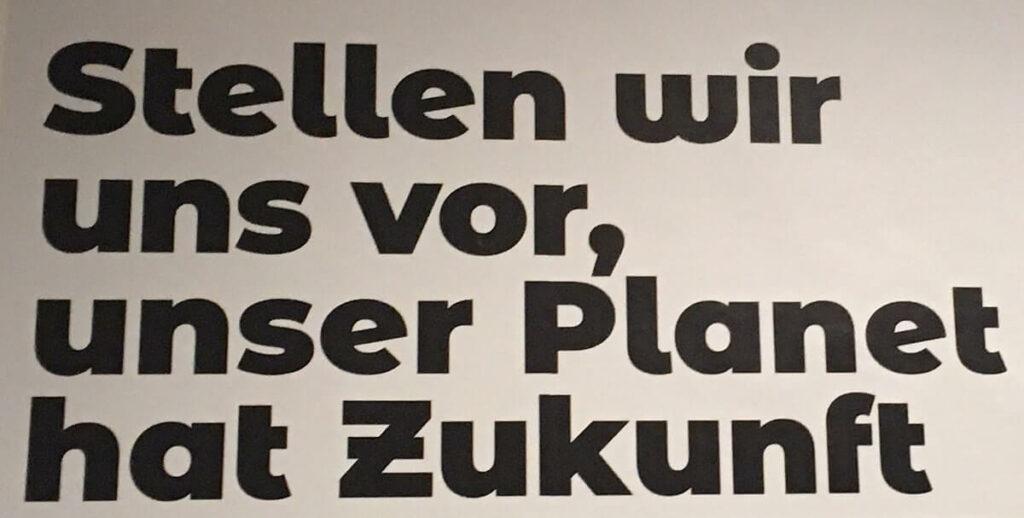 """Schriftzug """"Stellen wir uns vor, unser Planet hat Zukunft"""" in der Ausstellung Climate Care im MAK"""